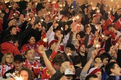 Ventiladores de Slavia Praga con los sparklers Imágenes de archivo libres de regalías