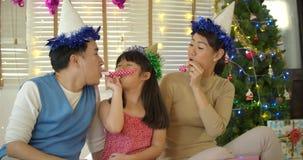 Ventiladores de sopro do chifre do partido da família nova feliz vídeos de arquivo