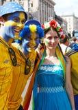 Ventiladores de Suecia con la muchacha ucraniana Fotos de archivo libres de regalías