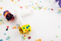 Ventiladores del partido con confeti Imagen de archivo libre de regalías