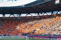 Ventiladores holandeses en estadio antes del emparejamiento Imágenes de archivo libres de regalías