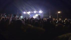 Ventiladores no concerto de rocha Festival ao ar livre na noite filme