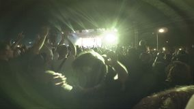 Ventiladores no concerto de rocha Festival ao ar livre na noite vídeos de arquivo