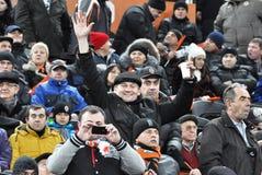 Ventiladores que olham o fósforo de futebol de Shakhtar da equipe Imagem de Stock