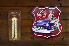 Ventilando, Missouri, Estados Unidos, cerca do vintage real da cola da coroa do junho de 2016 oxidou sinal, ventilando a loja ger foto de stock royalty free