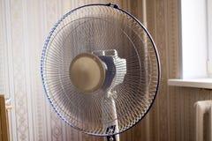 Ventilateur électrique dans la chambre images libres de droits
