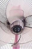 Ventilateur électrique sale sur le fond blanc Photo stock