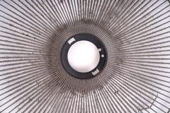 Ventilateur électrique sale sur le fond blanc Images stock