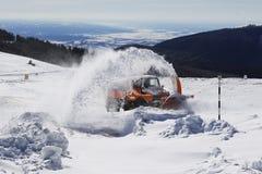 Ventilateur de machine de déblaiement de neige sur la route de montagne photographie stock libre de droits