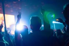 Ventilateurs au concert images stock