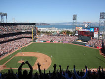 Ventilateurs avec des bras en air après homerrun Image libre de droits