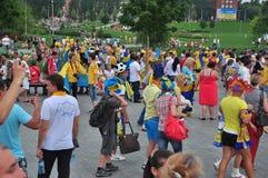 Ventilateurs marchant autour du stade Photographie stock