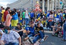 Ventilateurs ukrainiens, suédois et anglais dans le fanzone Image stock