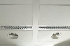 Ventilatie op een wit plafond royalty-vrije stock foto
