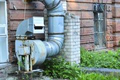 Ventilatie van gebouwen Zijaanzicht van een oude krachtige industriële ventilator royalty-vrije stock foto's