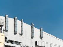 Ventilatiebuizen op een buitenmuur stock fotografie