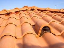 Ventilatiemond, met beschermingsnet, met baksteendekking stock afbeelding