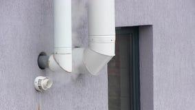 Ventilatieschoorstenen voor rook uit van keuken op de muur stock videobeelden