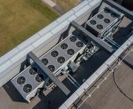 Ventilatiesysteem op het dak van het gebouw, hvac stock afbeelding