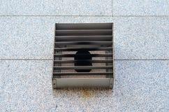 Ventilatietraliewerk bij de bouw van voorgevel Stock Foto