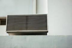 Ventilatietraliewerk op muur van de bouw openlucht Stock Foto's
