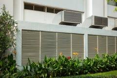 Ventilatietraliewerk op muur van de bouw openlucht Royalty-vrije Stock Afbeeldingen