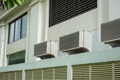 Ventilatietraliewerk op muur van de bouw openlucht Stock Afbeeldingen