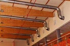 Ventilation et tuyaux en métal de climatisation. Images libres de droits