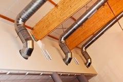 Ventilation et tuyaux en métal de climatisation. Photos stock