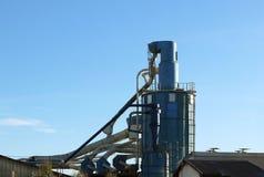 Ventilationssystemet av trät som bearbetar seminariet Metallkonstruktion för luftcirkulation i en snickerifabrik mot en bl royaltyfri foto