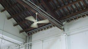 Ventilator die in de industriële bouw werken stock footage