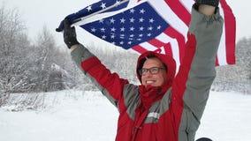 Ventilator die de op middelbare leeftijd van de mensensport een Amerikaanse vlag golven stock footage