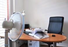 Ventilator in het bureau Stock Afbeeldingen