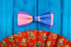 Ventilator met rode vlinderdas op blauwe achtergrond Royalty-vrije Stock Afbeelding