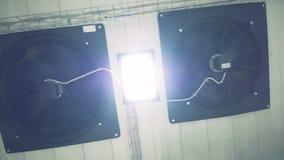Ventilator van de fabrieks de industriële ventilatie op het plafond 4K stock videobeelden