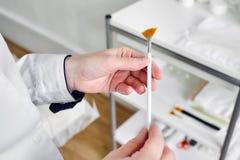 Ventilatorborstel van nylon voor het toepassen van serum en het pellen royalty-vrije stock foto's