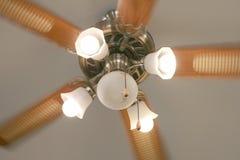 Ventilatore da soffitto commovente con la lampada nello stile d'annata Immagini Stock