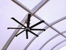 Ventilatore da soffitto elettrico che appende nell'ambito della struttura di tetto moderna fotografie stock