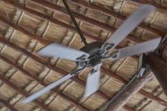 Ventilatore da soffitto sopra con le pale commoventi immagine stock libera da diritti