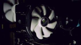 Ventilatore del computer bianco che raffredda computer polveroso scuro Fermate del dispositivo di raffreddamento del PC stock footage