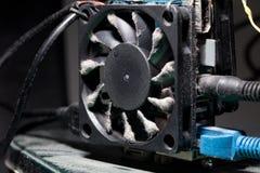 ventilatore del computer con le pale coperte di strato di polvere fotografia stock