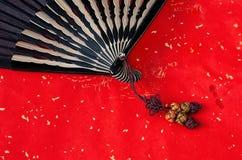 Ventilatore di bambù cinese su colore rosso Fotografia Stock Libera da Diritti
