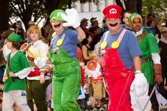 Ventilatori della Nintendo vestiti come caratteri del gioco Immagini Stock