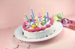 Ventilatori della torta e del partito di compleanno Fotografie Stock Libere da Diritti
