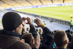 ventilators die hun handen bij het stadion slaan Royalty-vrije Stock Fotografie