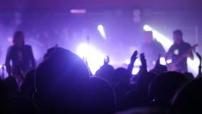 Ventilators die hun handen golven bij een rotsoverleg Menigte het partying bij een overleg stock fotografie