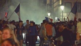Ventilators die kwalificatieoverwinning van Frankrijk voor definitief FIFA vieren stock footage