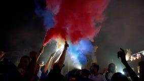 Ventilators die kwalificatieoverwinning van Frankrijk voor definitief FIFA vieren stock videobeelden