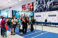 Ventilators die in lijn op autographs wachten en foto's met Tom Wlaschiha Stock Afbeelding