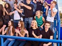 Ventilators die in stadion toejuichen De groepsmensen wachten uw favoriet team royalty-vrije stock foto
